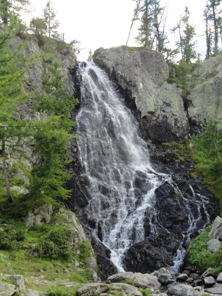 De waterval net voor men de steile klim naar de berghut aanvat (foto genomen om 15.50 uur).
