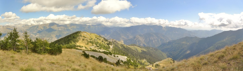 Zicht van op de Mont Angelino. Zoals de naam van de berg doet vermoeden, was dit hier vroeger Italiaans grondgebied. Achteraan het hoogplateau het bubbeltje met de naam Cime du prêtre. Maar vergis je iet: we bevinden ons hier op 2.200 meter hoogte.