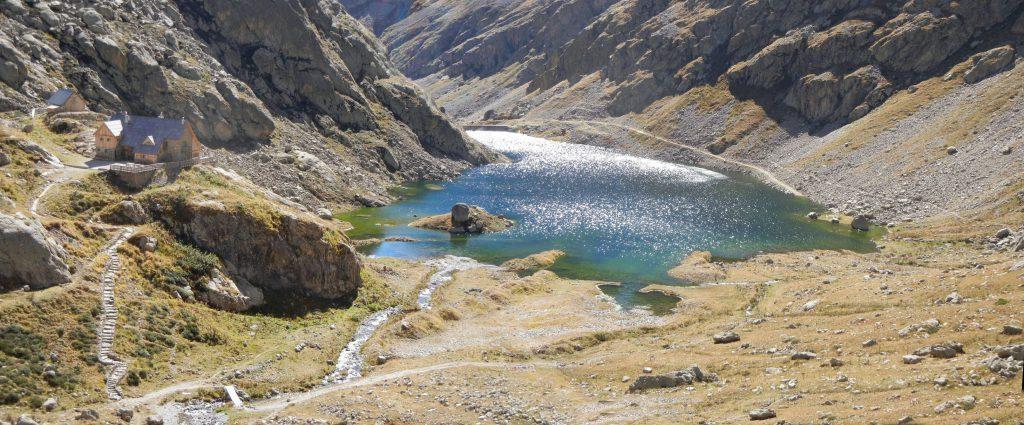 Op deze foto ziet men vrij goed de startplaats van het pad naar de Pas de Pagari: aan de refuge de trapjes naar beneden en eens in de vallei de GR 52 dwarsen en gewoon rechtdoor, de berg steil naar boven.