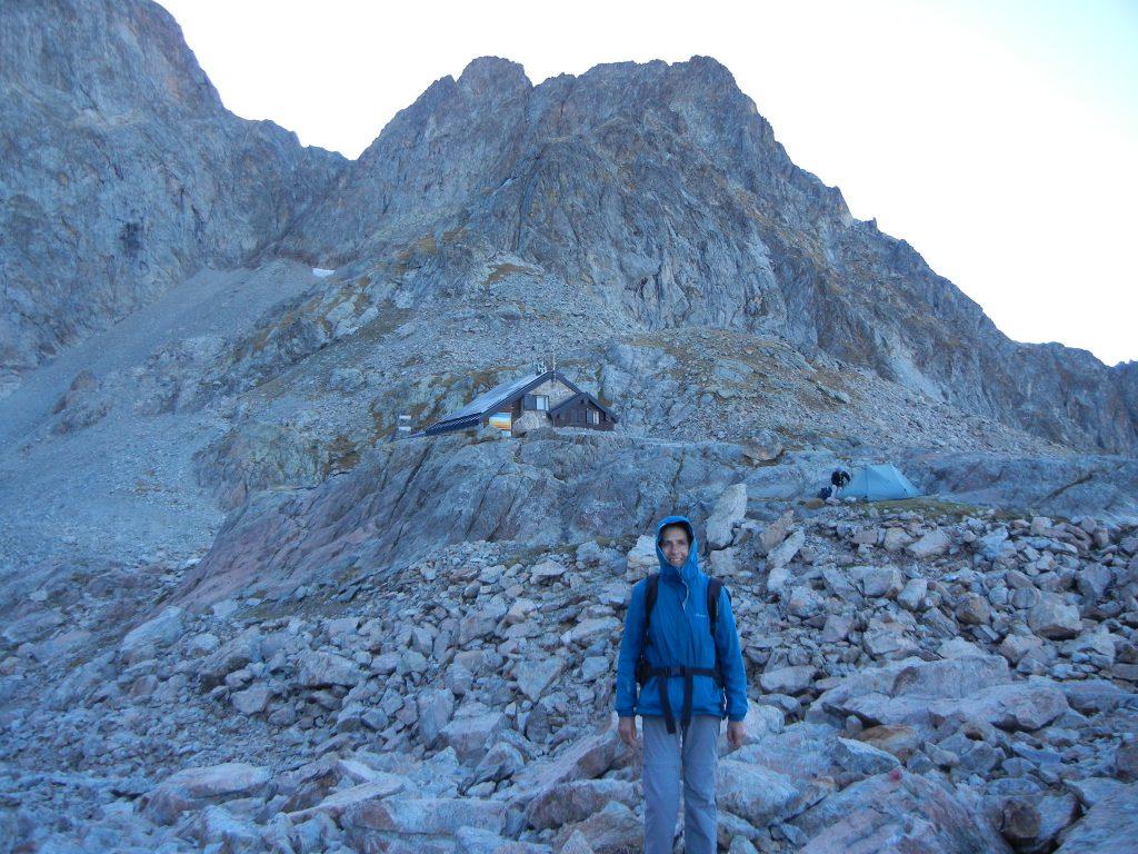 Terwijl tochtgenote Séverine haar tentje opzet, nog even poseren voor de refuge. Zelf sliepen we met ons beiden in de berghut.