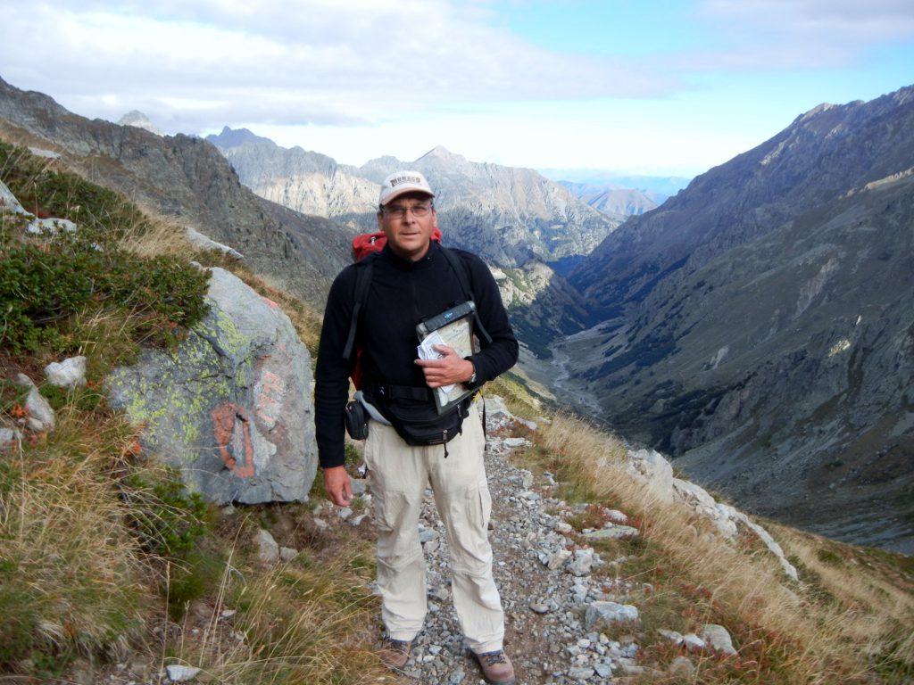 """Na het zigzaggen volgt het """"grote"""" pad op wat kort maar steil dalend ter hoogte van Passo Sottano del Muraion vrij rechtdoor richting San Giocomo. Wij draaien echter resoluut dit pad de rug toe om het kleien pad naar Passo dell'Agnel te volgen"""